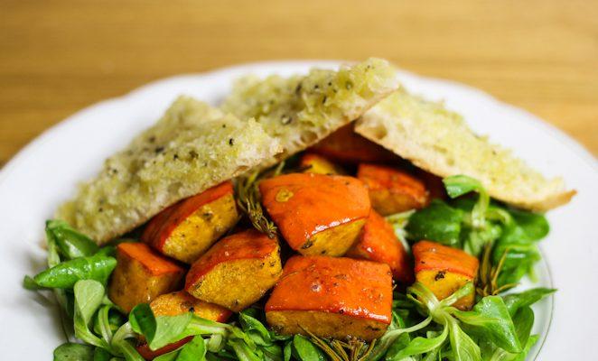 Feldsalat mit warmem Kürbis aus dem Ofen