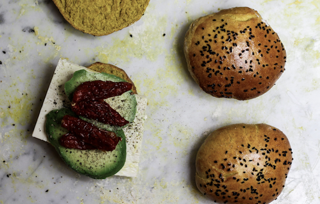 Curry-Burger mit Avocado und Feta