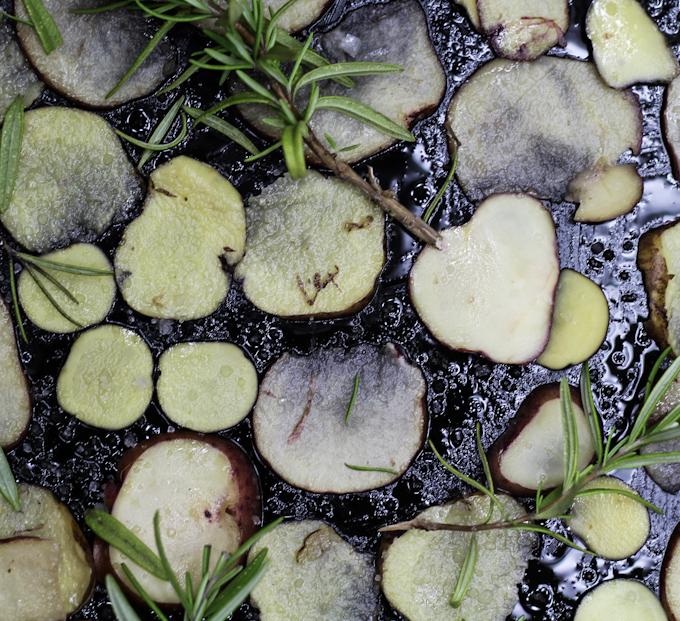Bunte Kartoffelchips aus dem Backofen