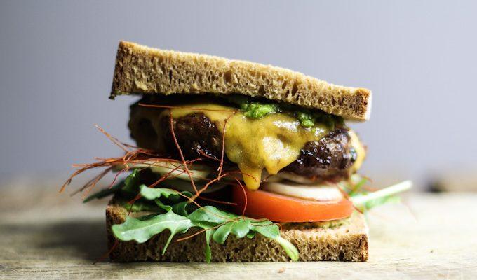 Lamm Cheeseburger mit Bärlauch-Mandel-Pesto