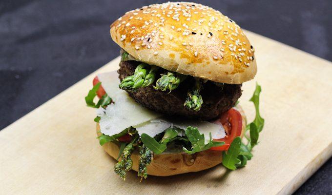 Spargel-Burger mit Parmesan und frischer Petersilien-Mayonnaise