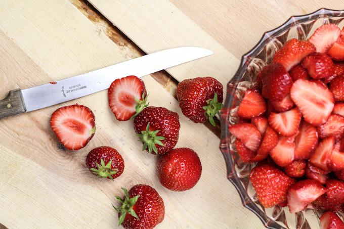 frische erdbeeren mit holunderbl ten schlagsahne. Black Bedroom Furniture Sets. Home Design Ideas