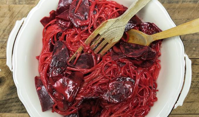 Pinke Spaghetti mit frischer Rote Bete