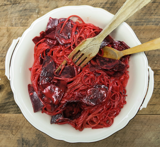 pinke spaghetti mit frischer rote bete. Black Bedroom Furniture Sets. Home Design Ideas