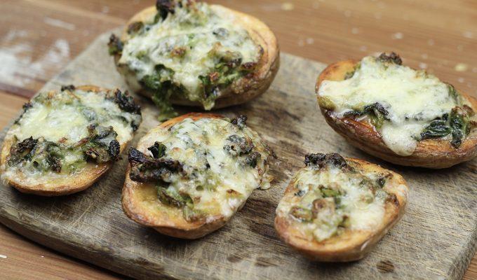 Überbackene Ofenkartoffeln mit Wirsingkohl und Cheddar