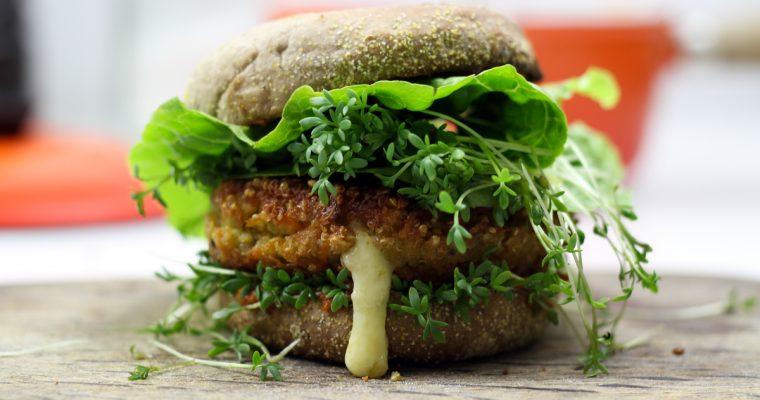 Quinoa Burger mit flüssigem Cheddarkern (vegetarisch)