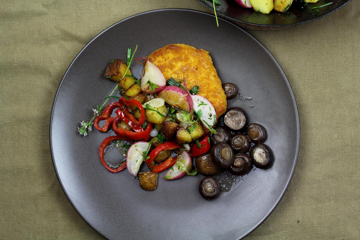 """Vegetarisches """"Mühlen Schnitzel"""" mit bunten Sommer-Bratkartoffeln"""