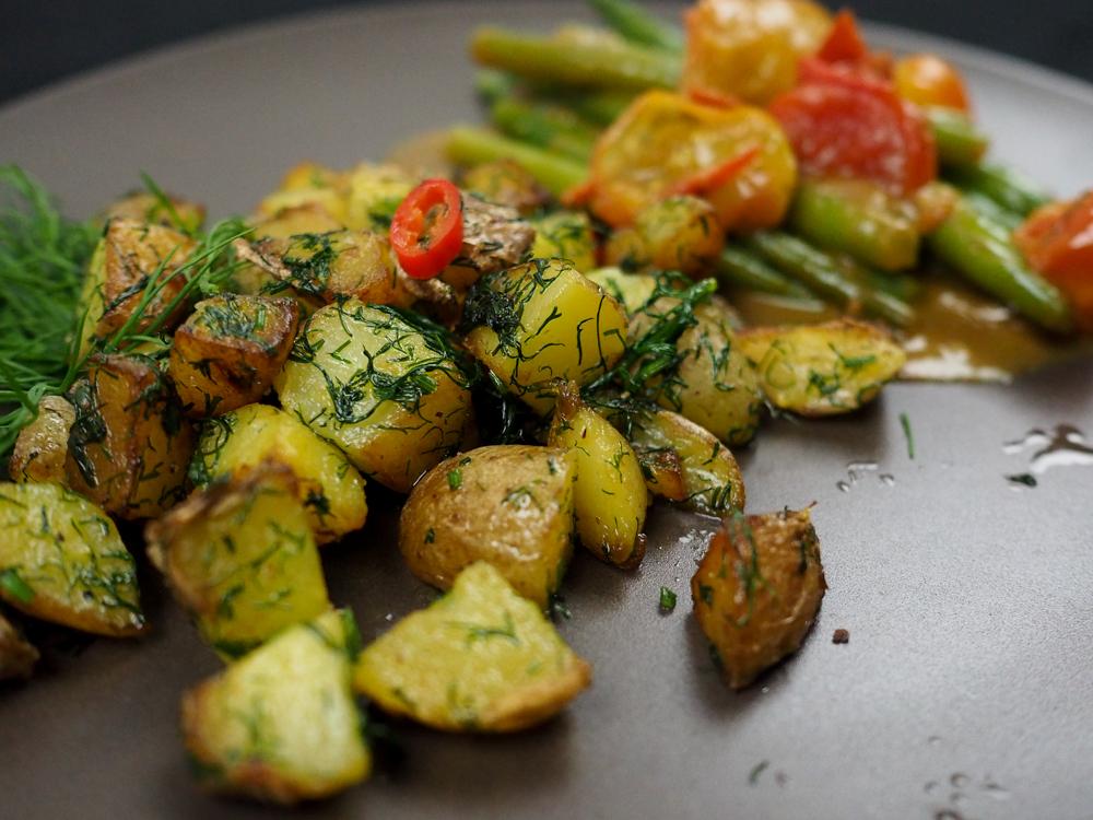 Bohnen in Tomatensugo und Dill-Bratkartoffeln