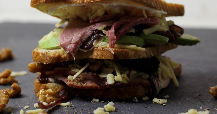 Conviva-Schinken Avocado Sandwich mit geschmorten Portwein-Zwiebeln