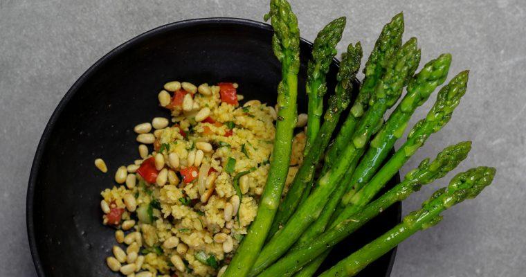 Grüner Spargel mit Dattel-Couscous-Salat