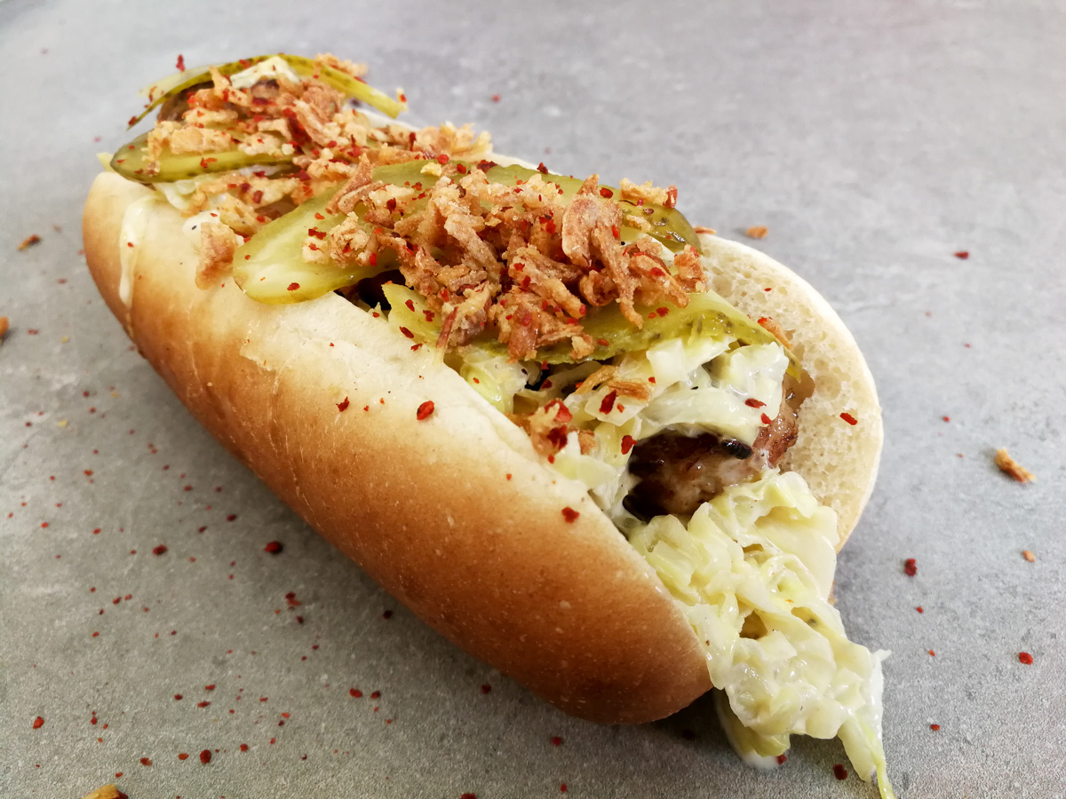 Salsiccia Hot Dog mit geschmortem Spitzkohl