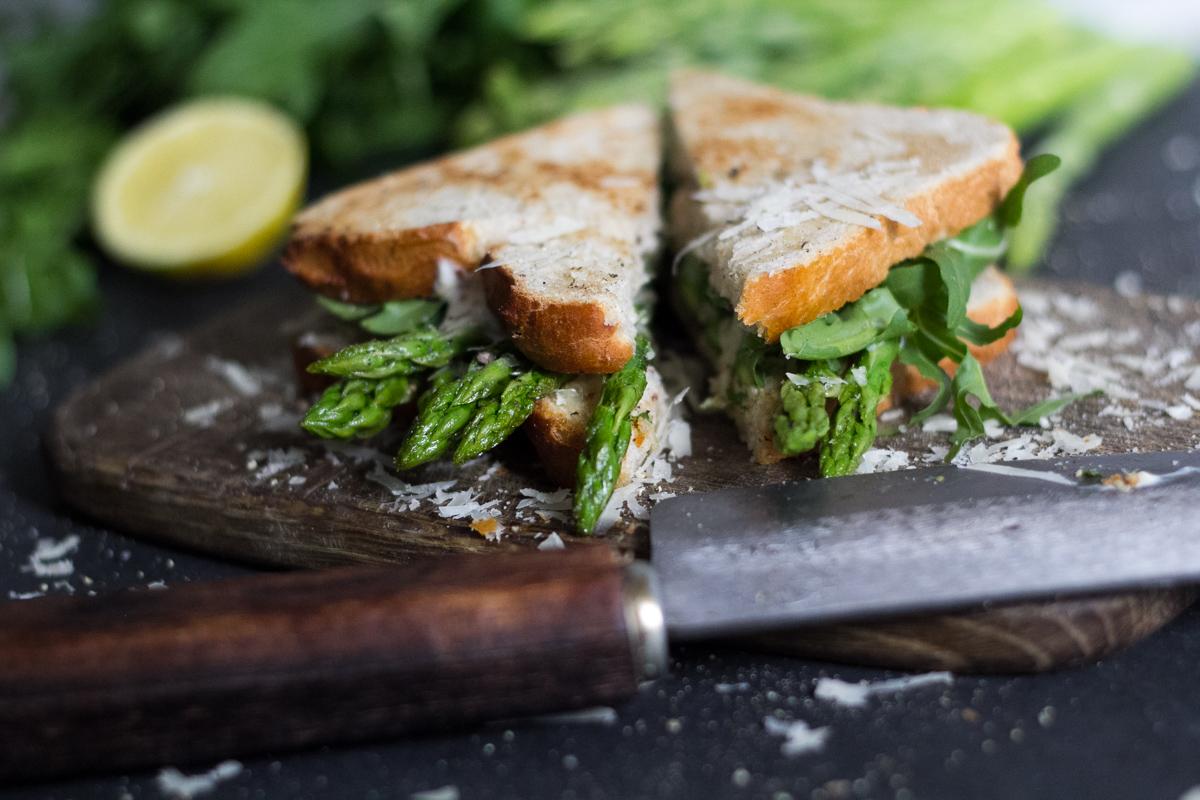 Grüner Spargel Sandwich mit Parmesan und Honig-Senf-Creme