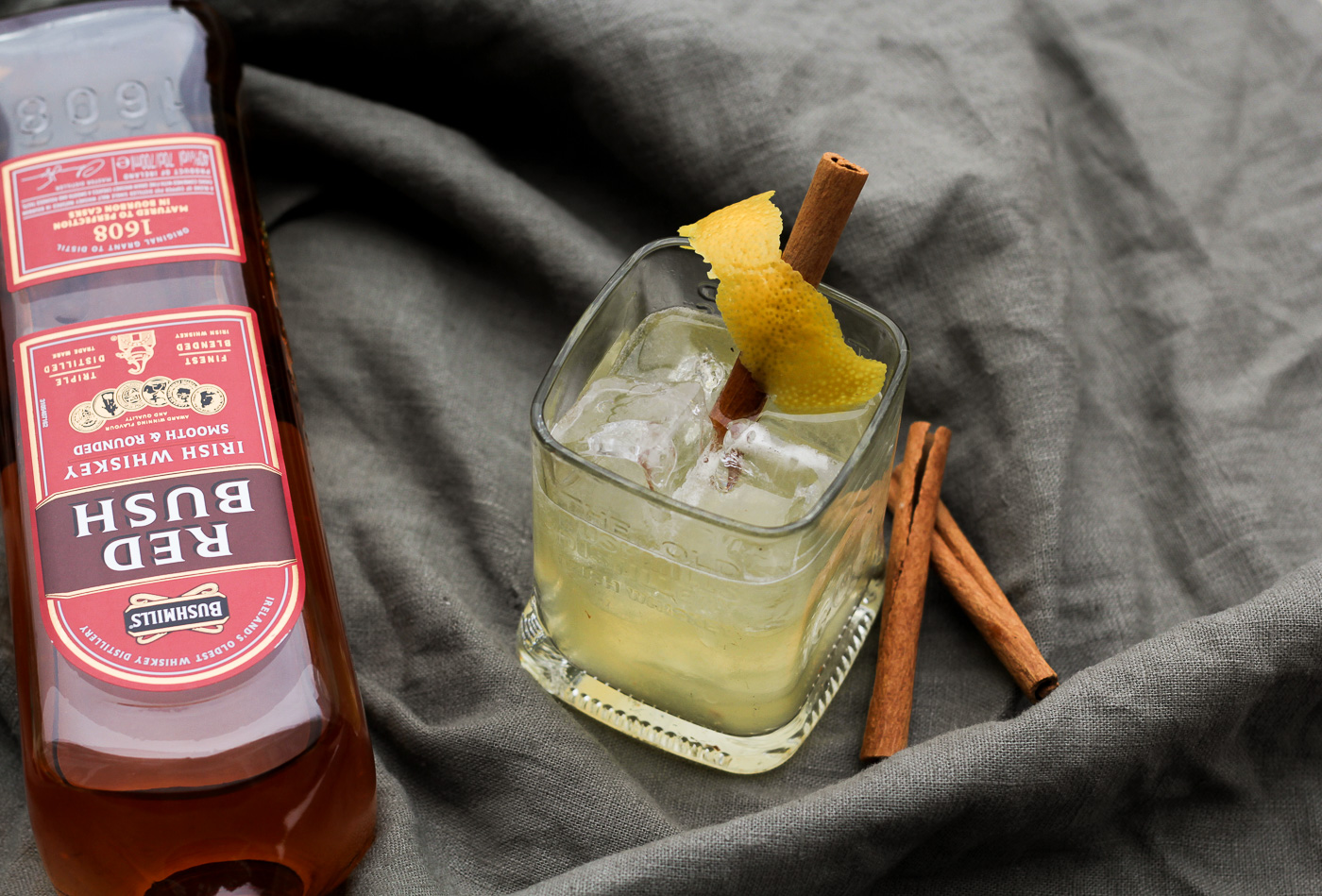"""Red Cinnamon Sour"" Variation des Barklassikers Whiskey Sour mit Bushmills Red Bush"